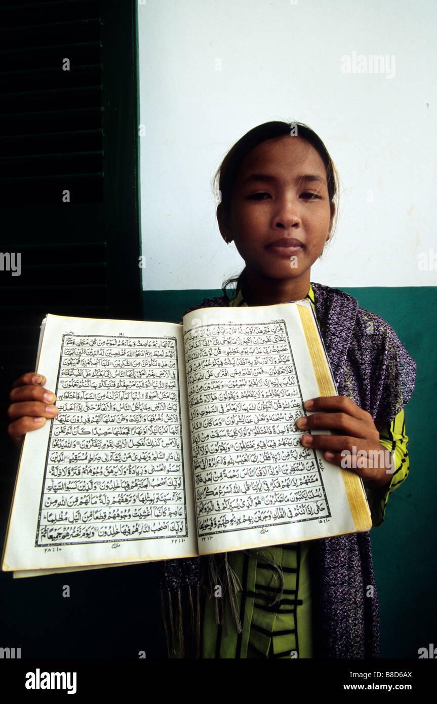 Jeune Fille Livre Arabe Chau Doc Le Vietnam Village Cham