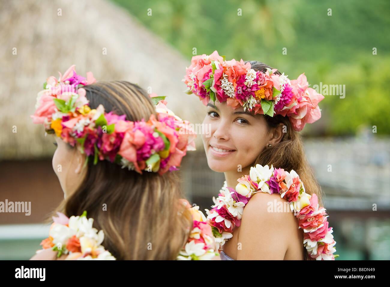 Les jeunes femmes avec des fleurs dans les cheveux à Moorea Photo Stock