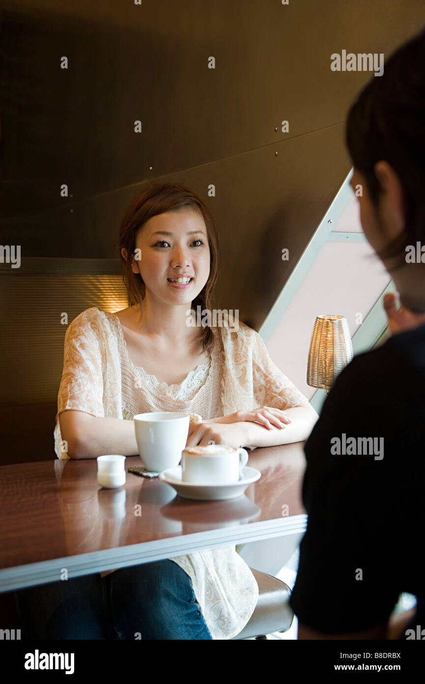 Young couple having coffee Banque D'Images