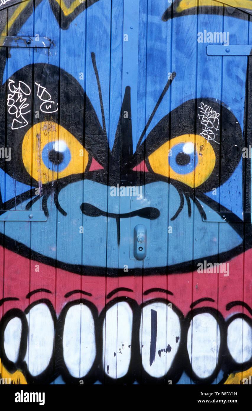 Détail de l'art du graffiti sur la porte de l'entrepôt, Hackney London Photo Stock
