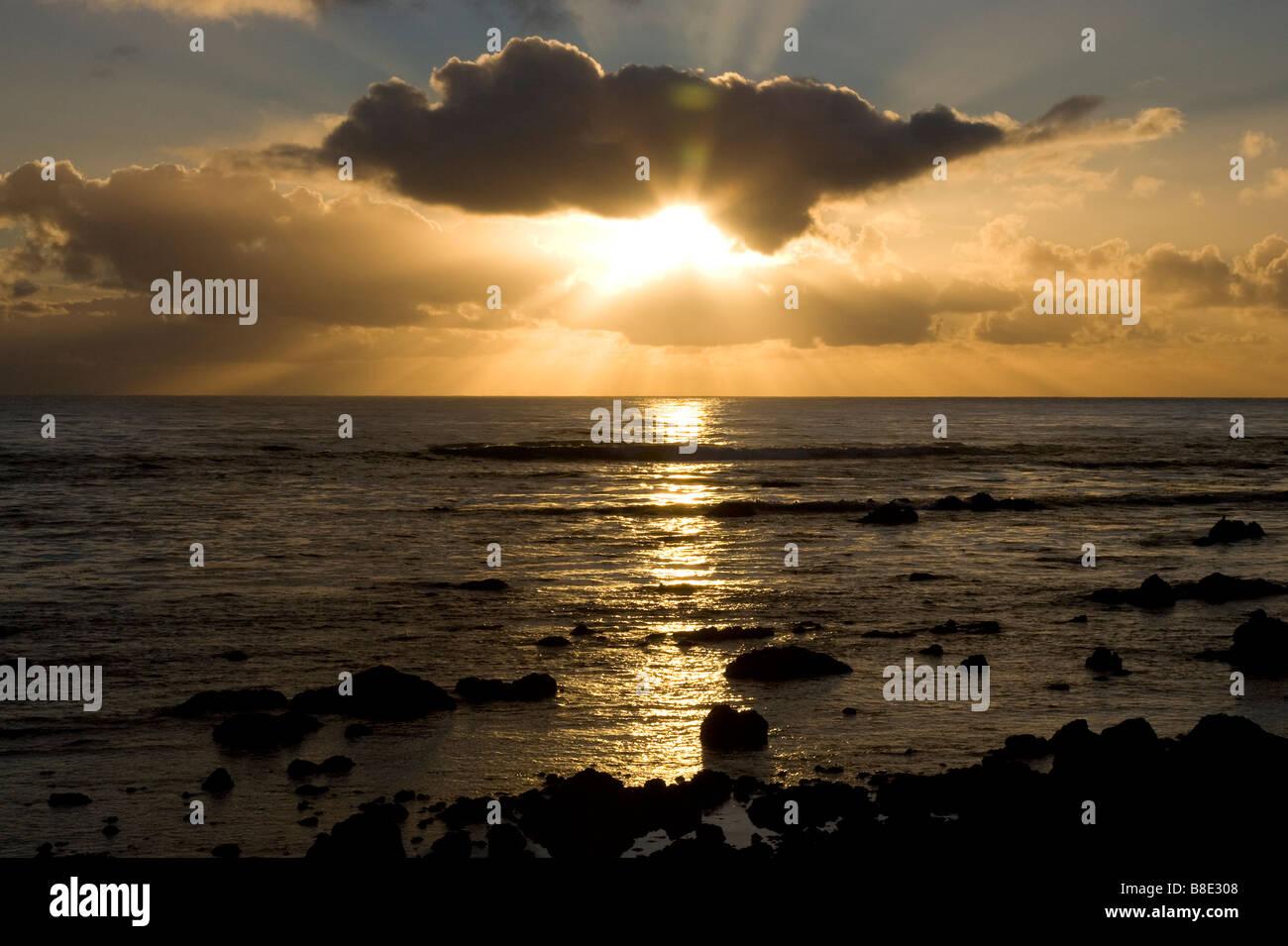 Les rayons du soleil de derrière les nuages de tempête Photo Stock