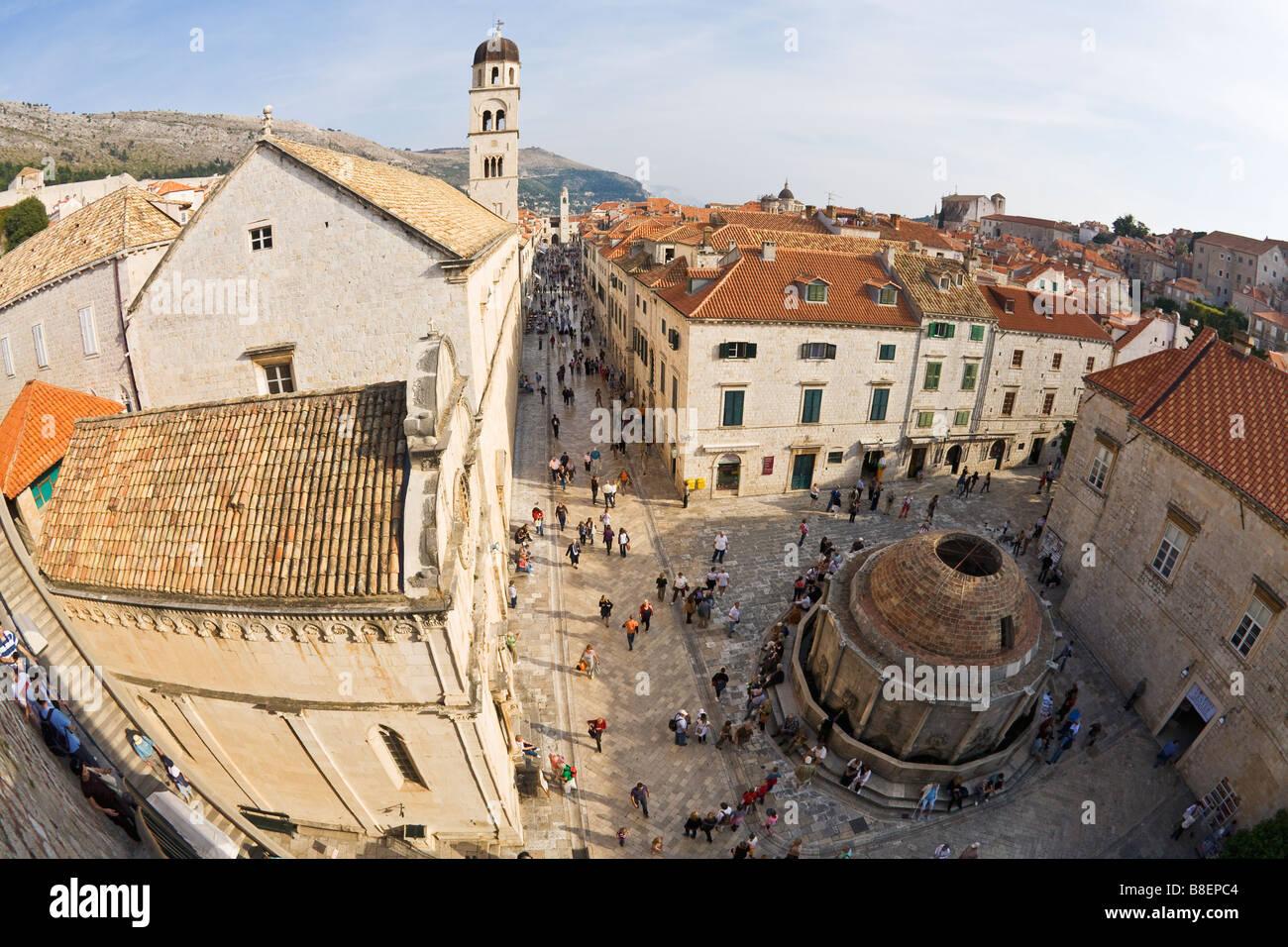 Vue depuis les remparts de la ville avec une grande fontaine d'Onofrio de la Porte Pile Stradun et clocher du monastère franciscain Dubrovnik Banque D'Images