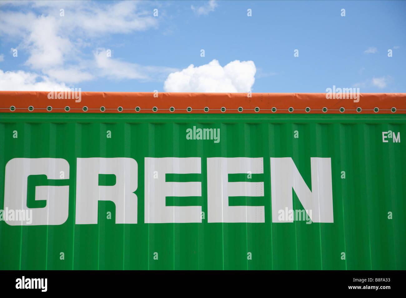 Seul mot vert sur un conteneur vert Photo Stock