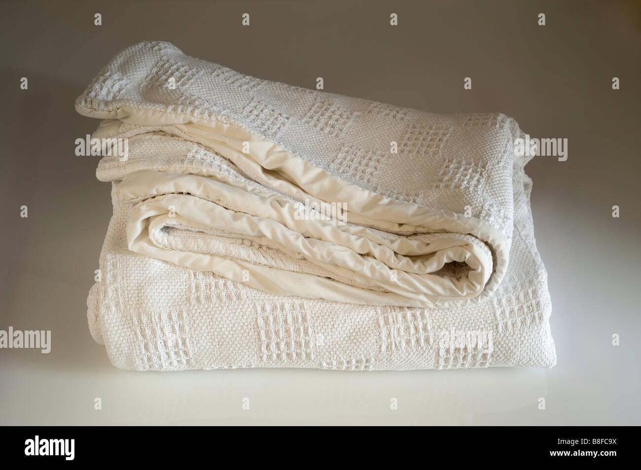 Blanche épaisse bordée couverture pliée Photo Stock