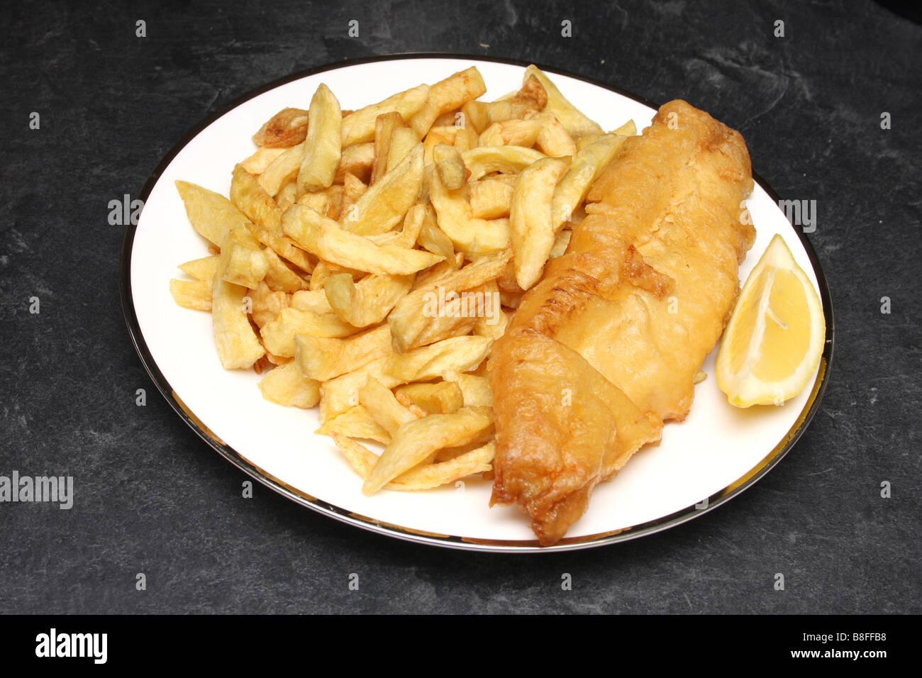 Fish and chips d'un à emporter, avec une tranche de citron. Photo Stock