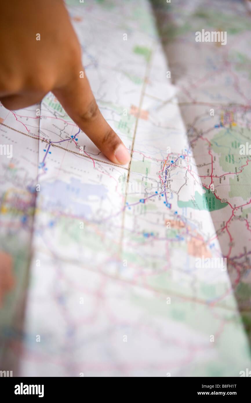 Gros plan d'une personne de pointer du doigt une carte du sud-ouest des États-Unis Photo Stock