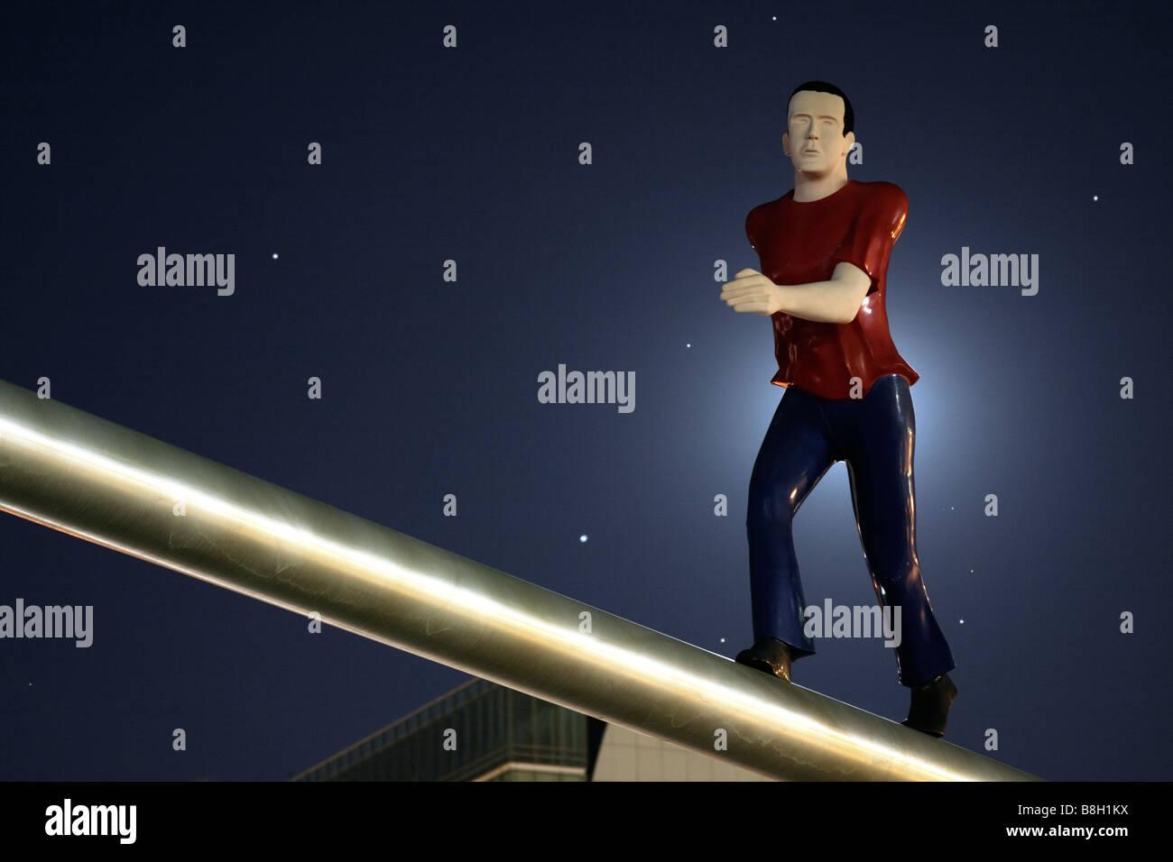Sculpture intitulée 'Walking Man' par Jonathan Borofsky illuminée par la pleine lune. Museum of Fine Arts, Boston, Banque D'Images