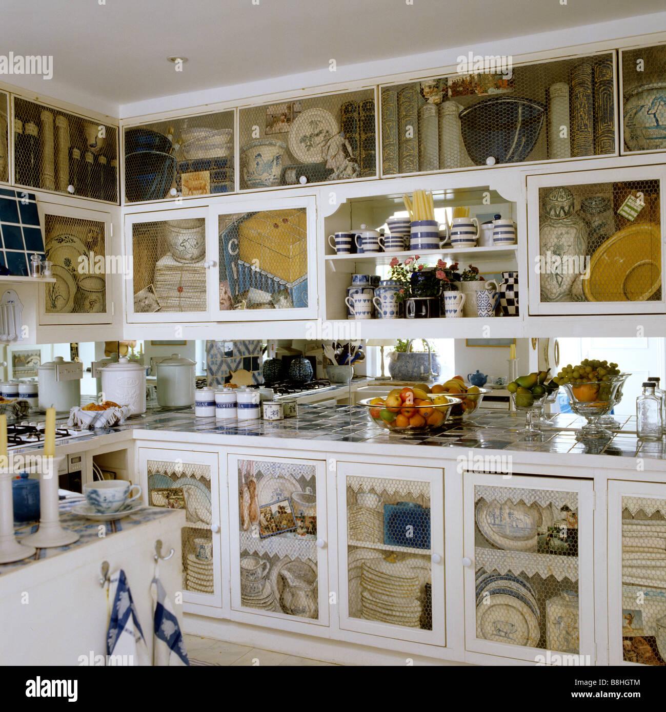 avec des armoires de cuisine peint en trompe l 39 oeil d coratifs banque d 39 images photo stock. Black Bedroom Furniture Sets. Home Design Ideas