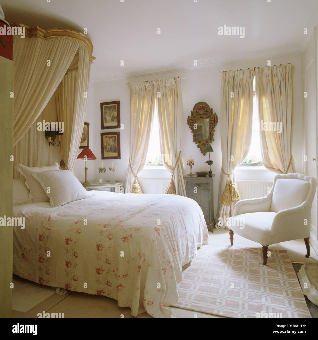 Chambre traditionnelle avec un sentiment féminin, corona et bedhangings mousseline et un miroir doré 18e Photo Stock