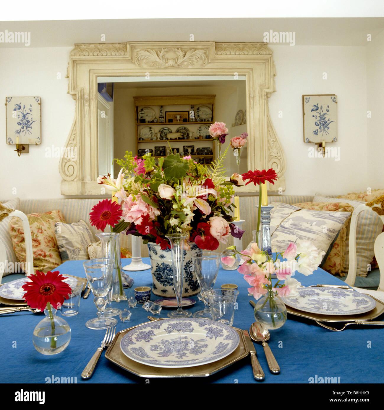 Close up de table avec nappe en lin bleu, bleu et blanc de Chine et overmantle mirror Photo Stock