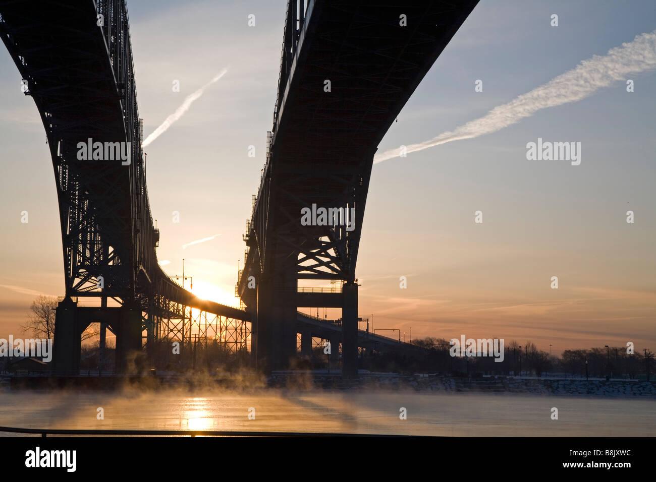 Port Huron au Michigan Le pont Blue Water à travers la rivière St Clair reliant les États-Unis et Photo Stock