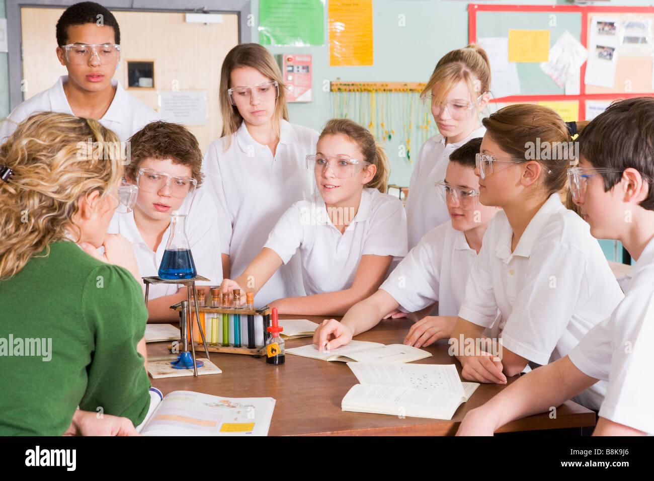 Les élèves recevant leçon de chimie en classe Banque D'Images