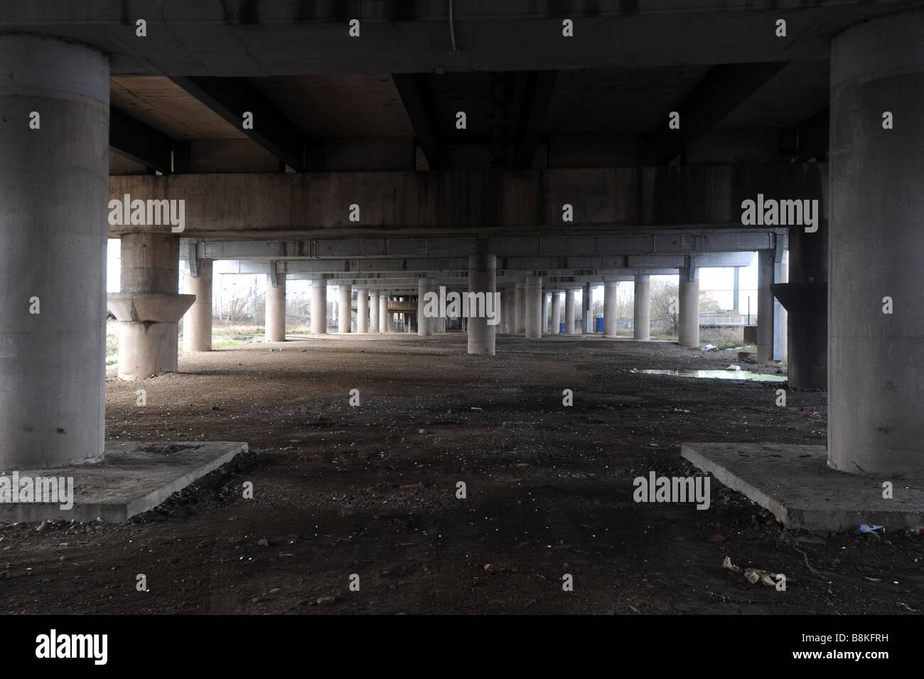 Piliers de soutien en dessous de l'autoroute M6 près de la jonction 9 entre Walsall et Wednesbury Midlands Photo Stock
