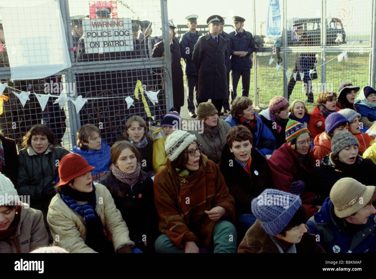 Greenham Berkshire UK 13 décembre 1982 manifestants à l'Greenham Common Women's Peace Camp Banque D'Images