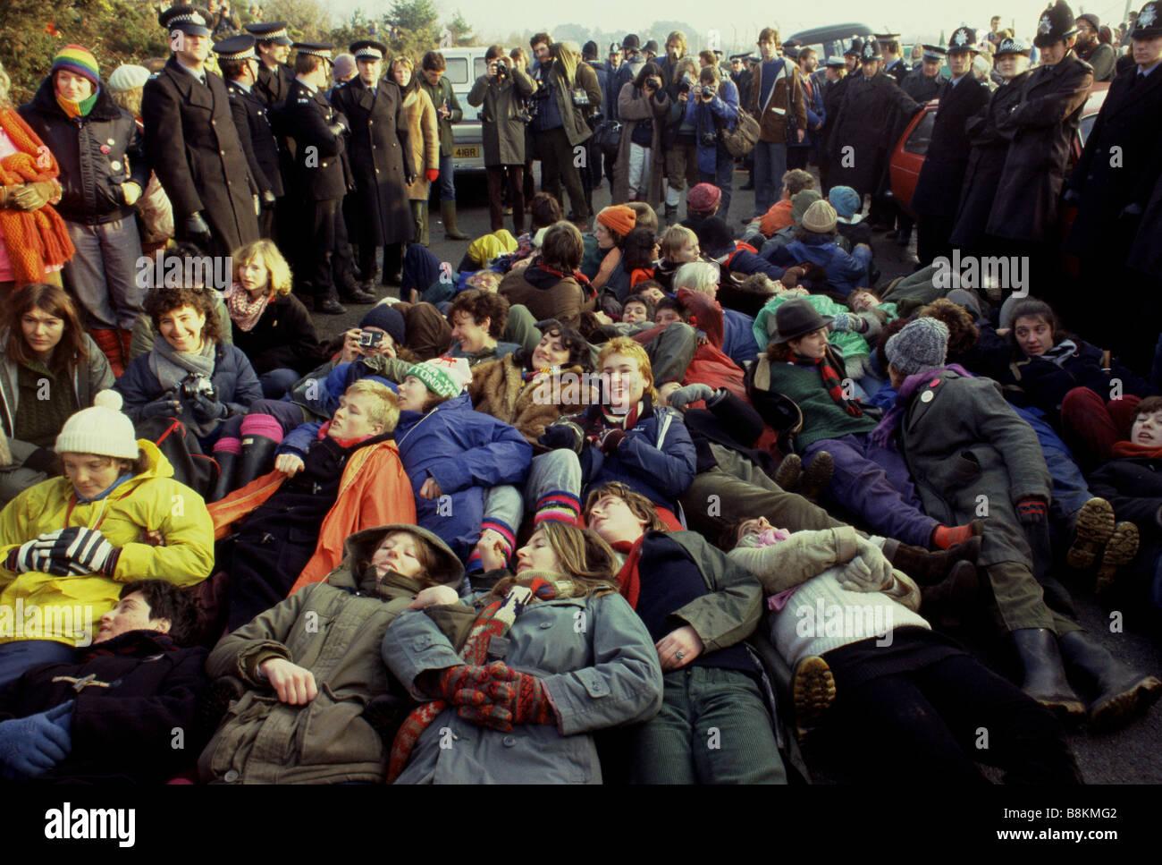 Greenham Berkshire UK 13 décembre 1982 manifestants à l'Greenham Common Women's Peace Camp Photo Stock