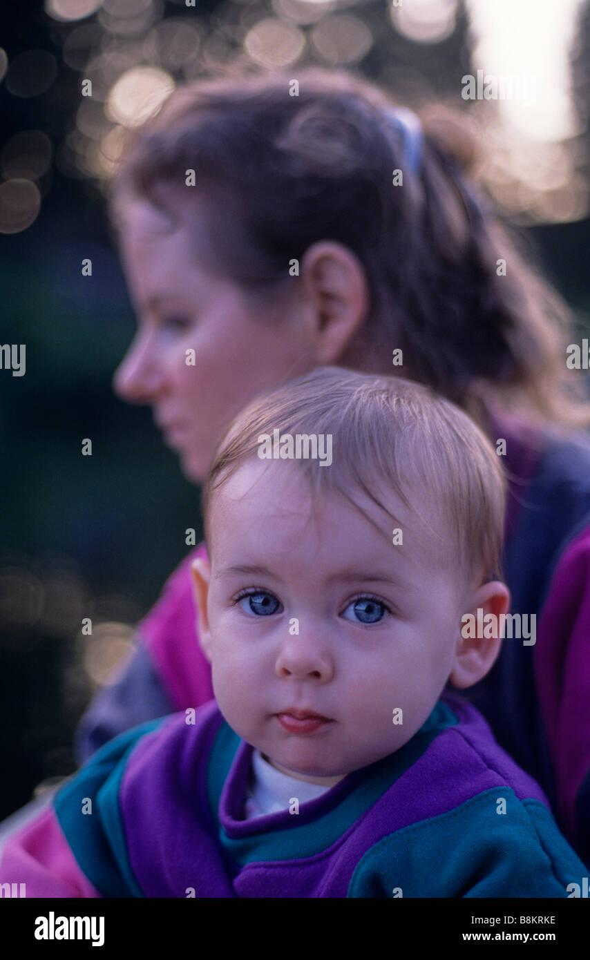 Mère et fille avec enfant à la caméra en avec préoccupation Photo Stock