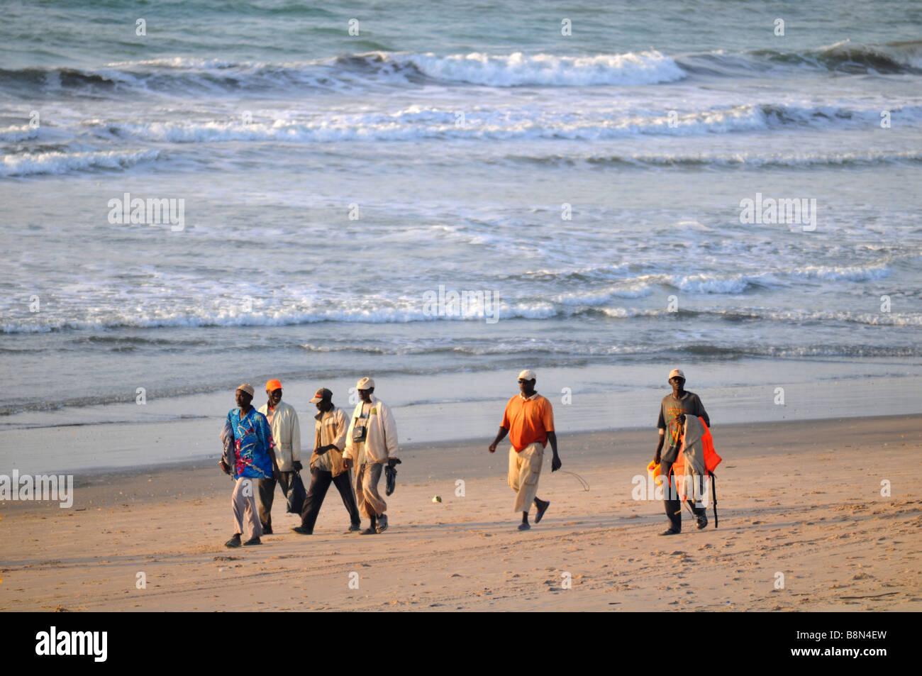 """Les sections locales, promenade sur la plage, de la Gambie, """"l'Afrique de l'Ouest"""" Photo Stock"""