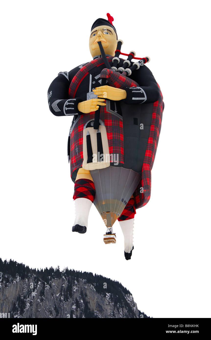 Forme spéciale hot air balloon Flying Scotsman G PIPY Cameron SS Piper 105 ballon volant au-dessus de l'Oberland Banque D'Images