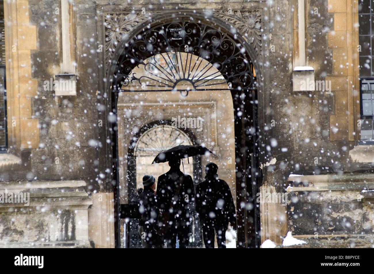 La Bibliothèque Bodlean dans une tempête de neige à l'Université d'Oxford Photo Stock