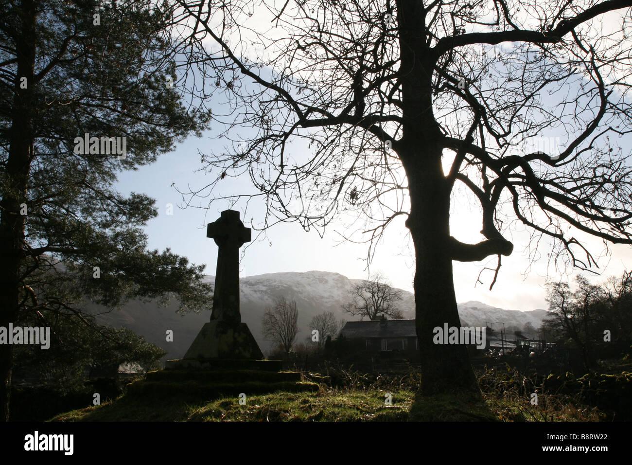 Pierre tombale et l'arbre dans la lumière du matin Photo Stock