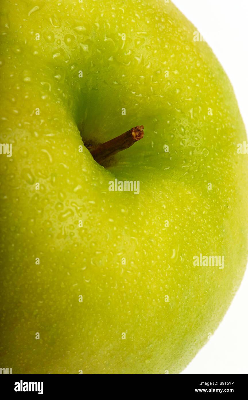 La pomme verte avec des gouttes d'eau. Close-up Photo Stock