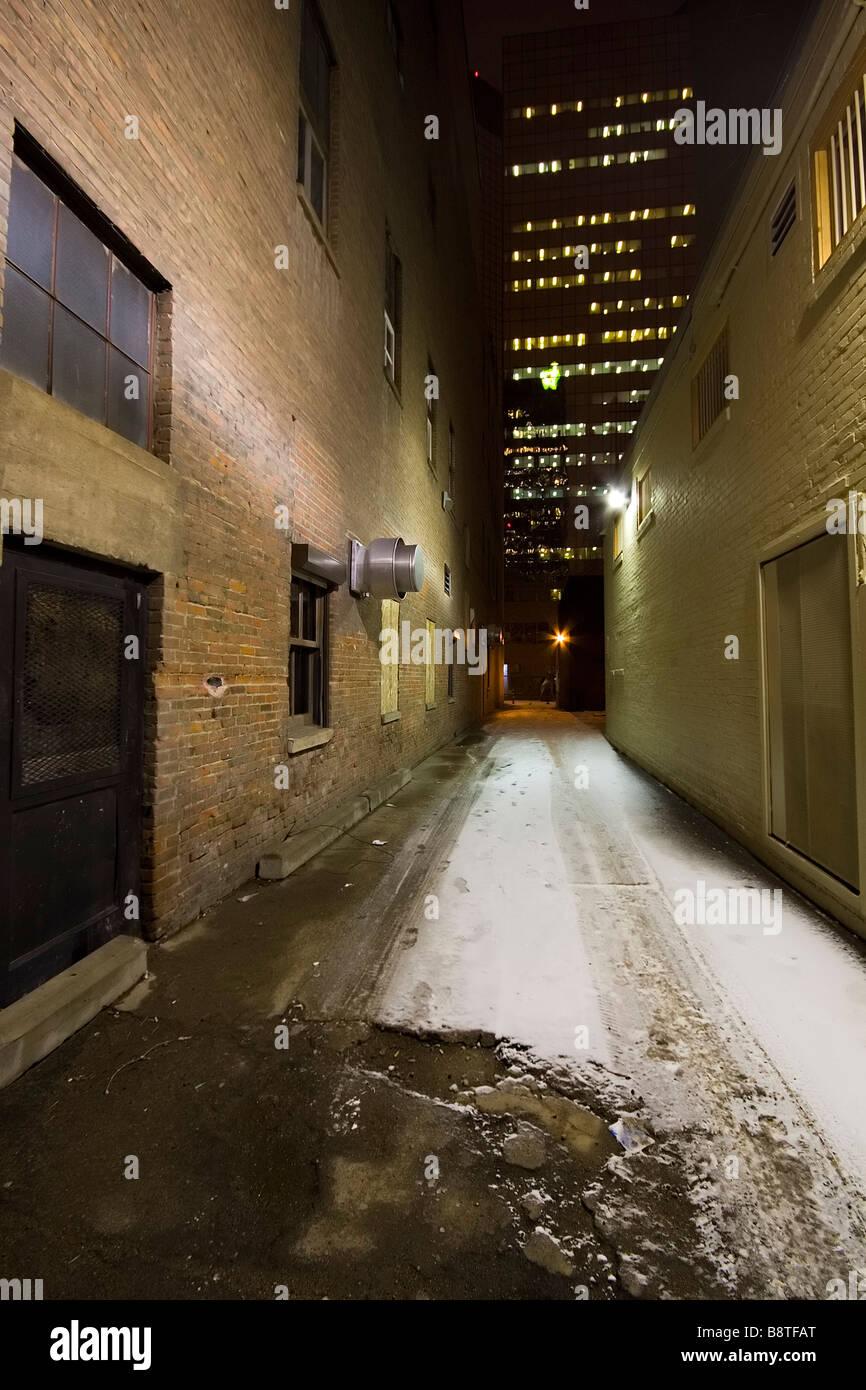 Un centre-ville city alley en hiver tourné dans la nuit Photo Stock