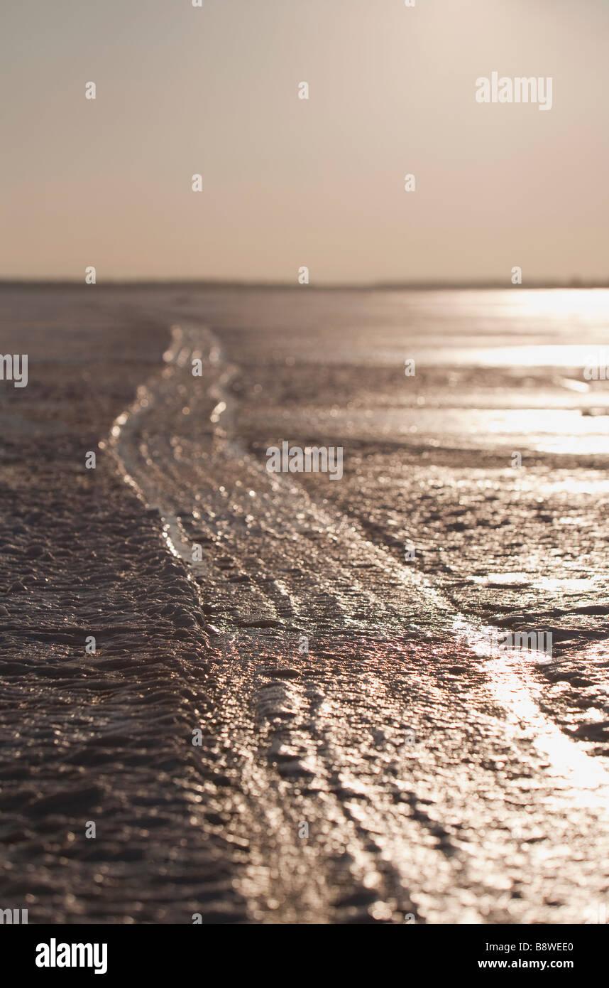Piste de motoneige congelé sur la glace de mer , Finlande Photo Stock