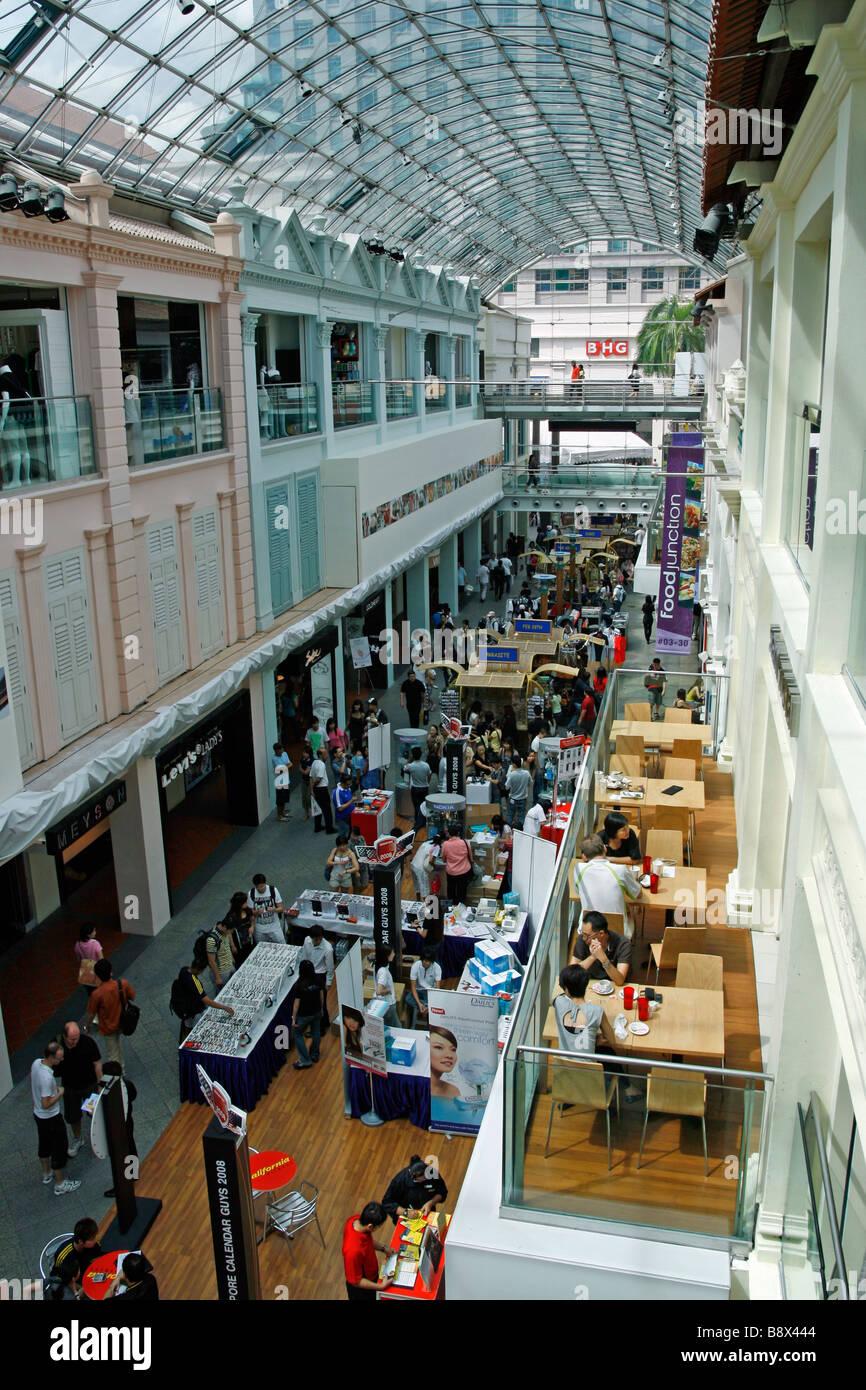 Le centre commercial de Bugis Junction à Singapour abrite des boutiques et des restaurants à maisons-boutiques traditionnelles Banque D'Images