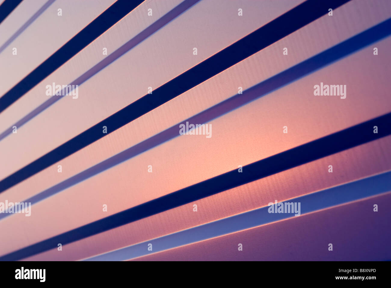 Feuille de métal bleu agité sur le coucher du soleil. Banque D'Images