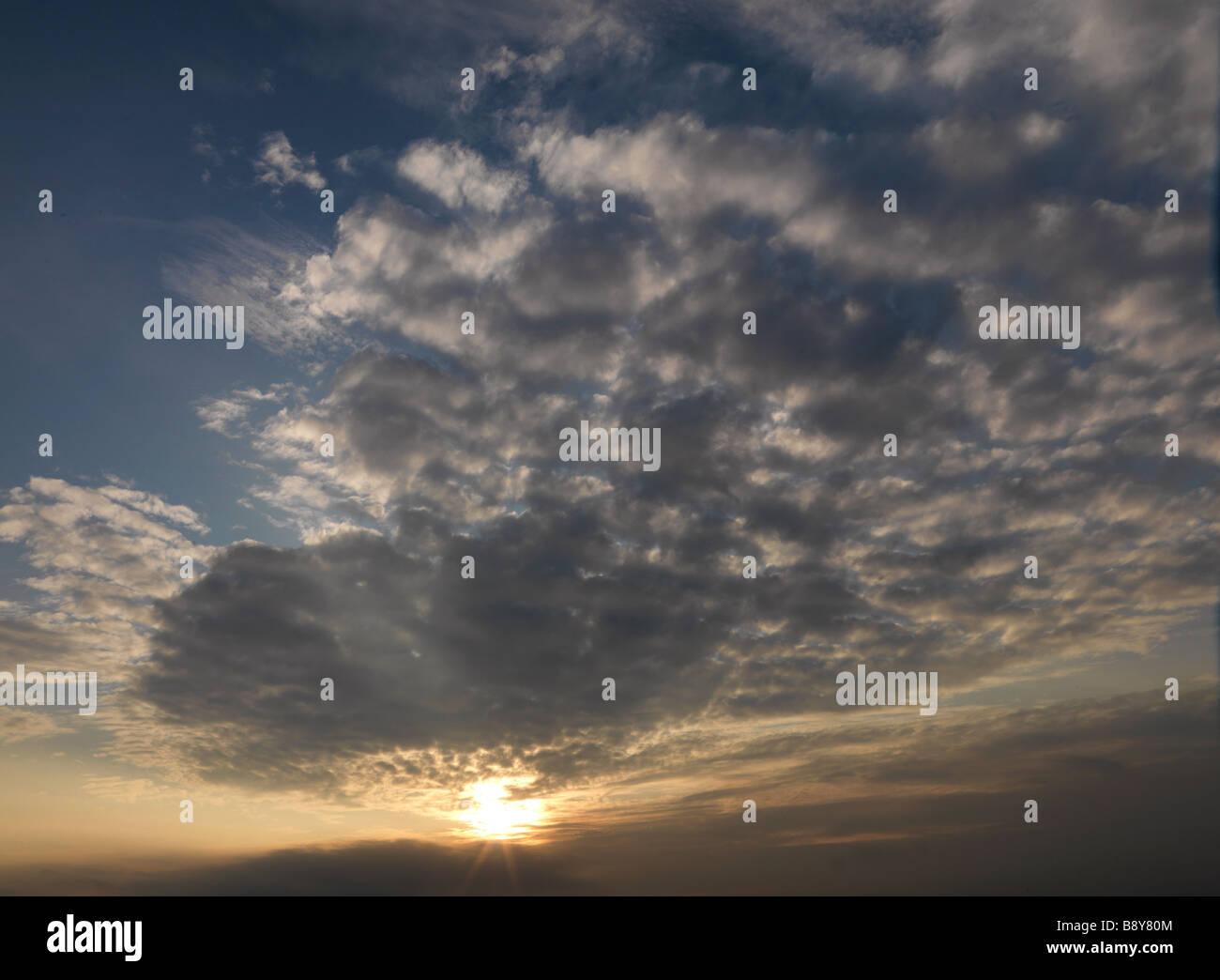 Ciel avec soleil levant Photo Stock