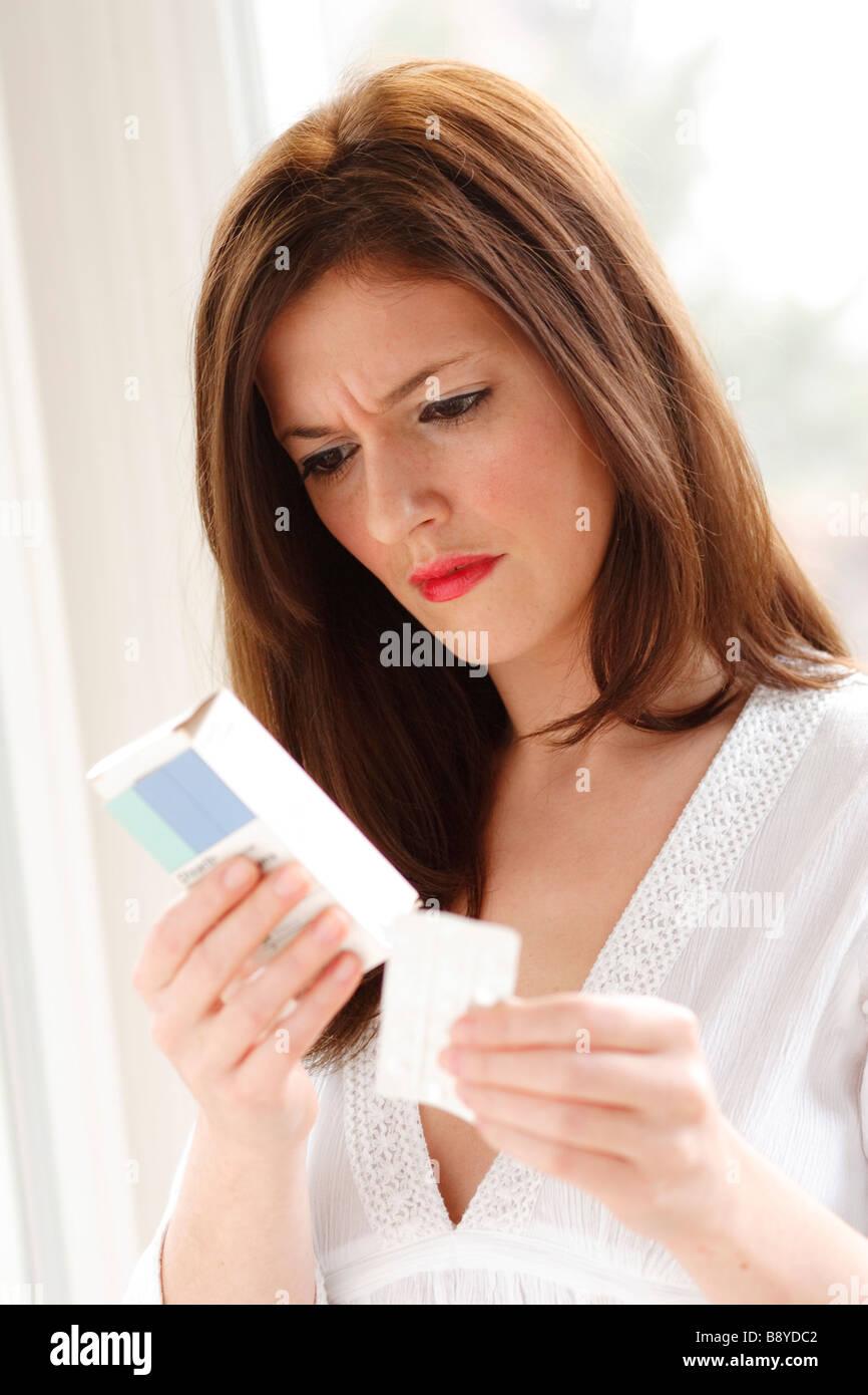 Femme à la recherche de médicaments à Photo Stock