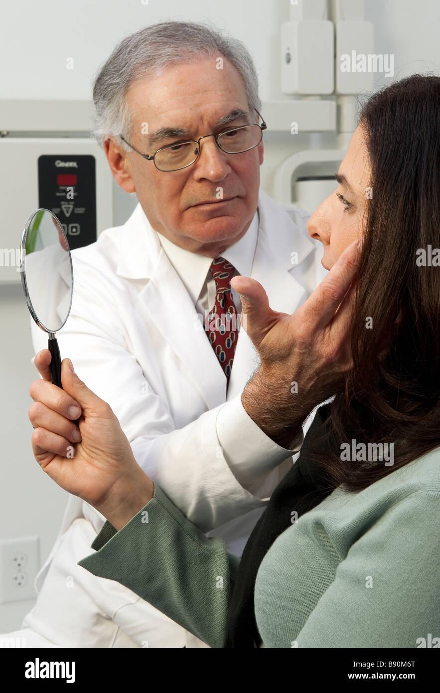 La chirurgie cosmétique consulter avec patient Photo Stock