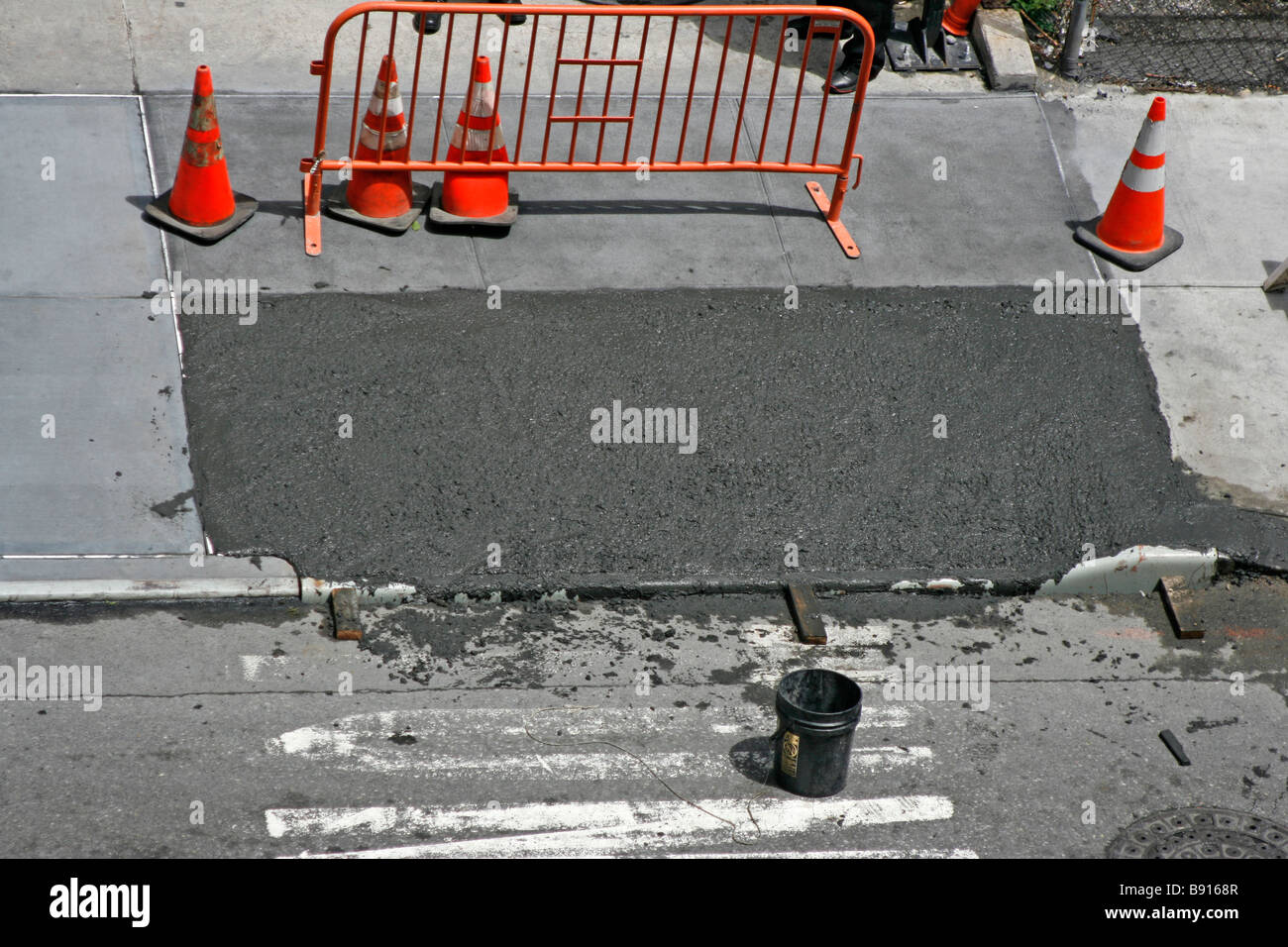 Le séchage du ciment humide sur le trottoir. Banque D'Images