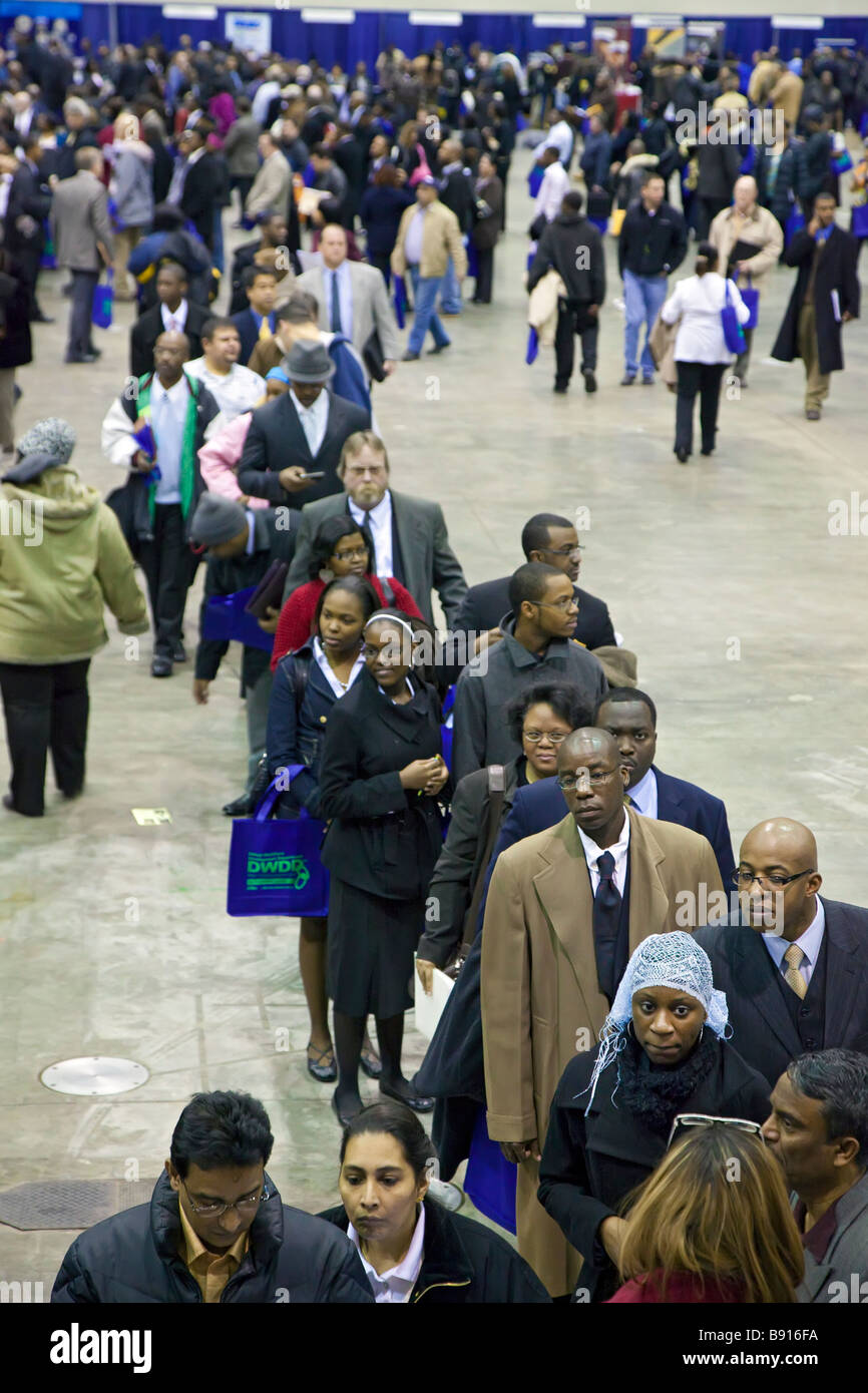 Les personnes sans emploi à la recherche de travail au salon d'emploi Photo Stock