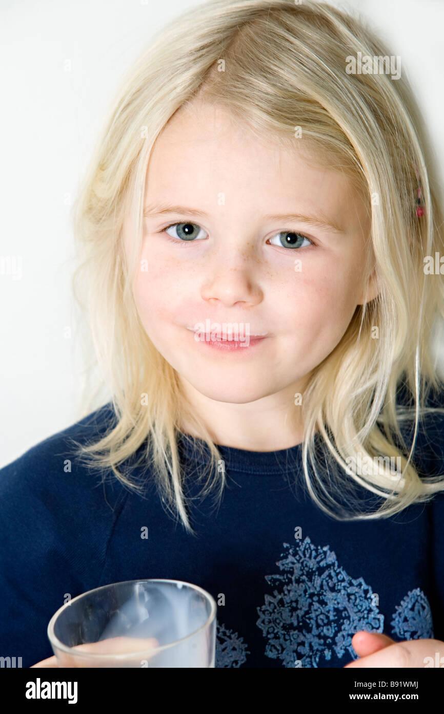 une blonde girl scandinave boire du lait de la su de banque d 39 images photo stock 22784402 alamy. Black Bedroom Furniture Sets. Home Design Ideas
