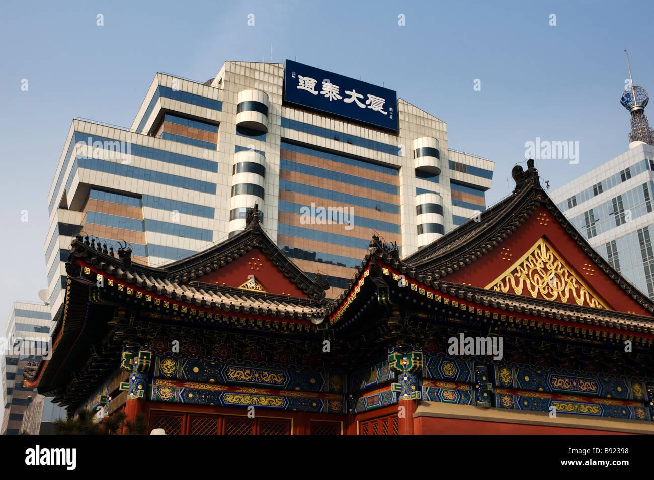 Contraste entre l'ancien bâtiment de temple traditionnel et les nouveaux bureaux de grande hauteur dans quartier Banque D'Images
