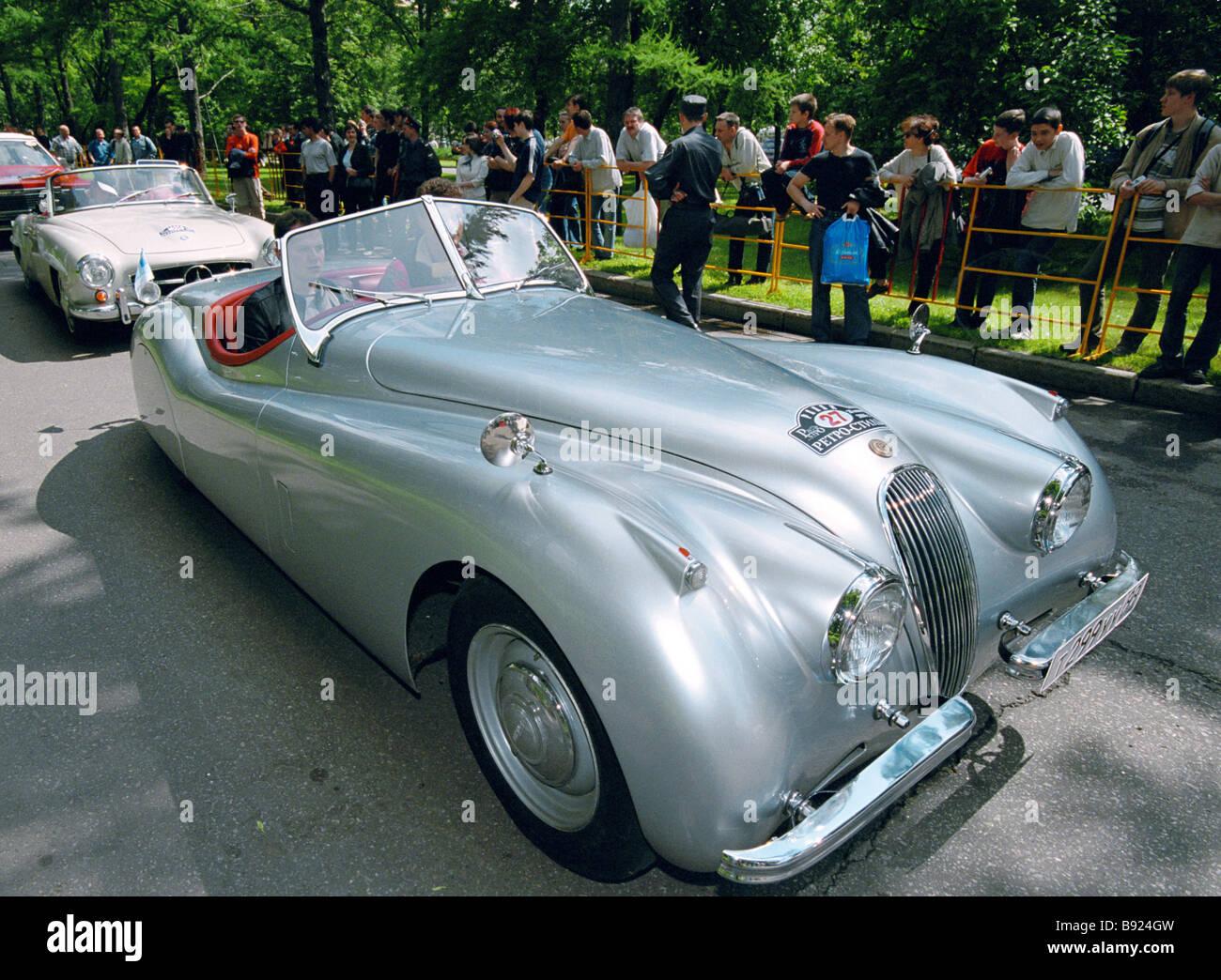 la c r monie d 39 ouverture de la 3 me festival r tro de voitures anciennes jaguar 1930 s uk banque. Black Bedroom Furniture Sets. Home Design Ideas