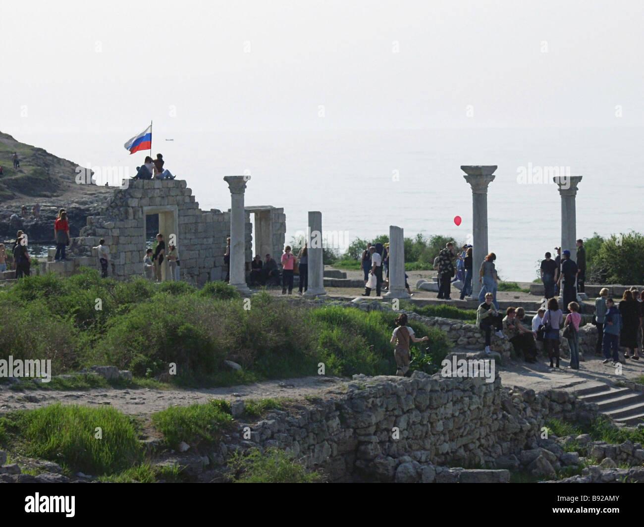 Les amoureux de l'Antiquité au milieu des ruines de l'ancienne ville de Chersonesos 5e siècle Photo Stock