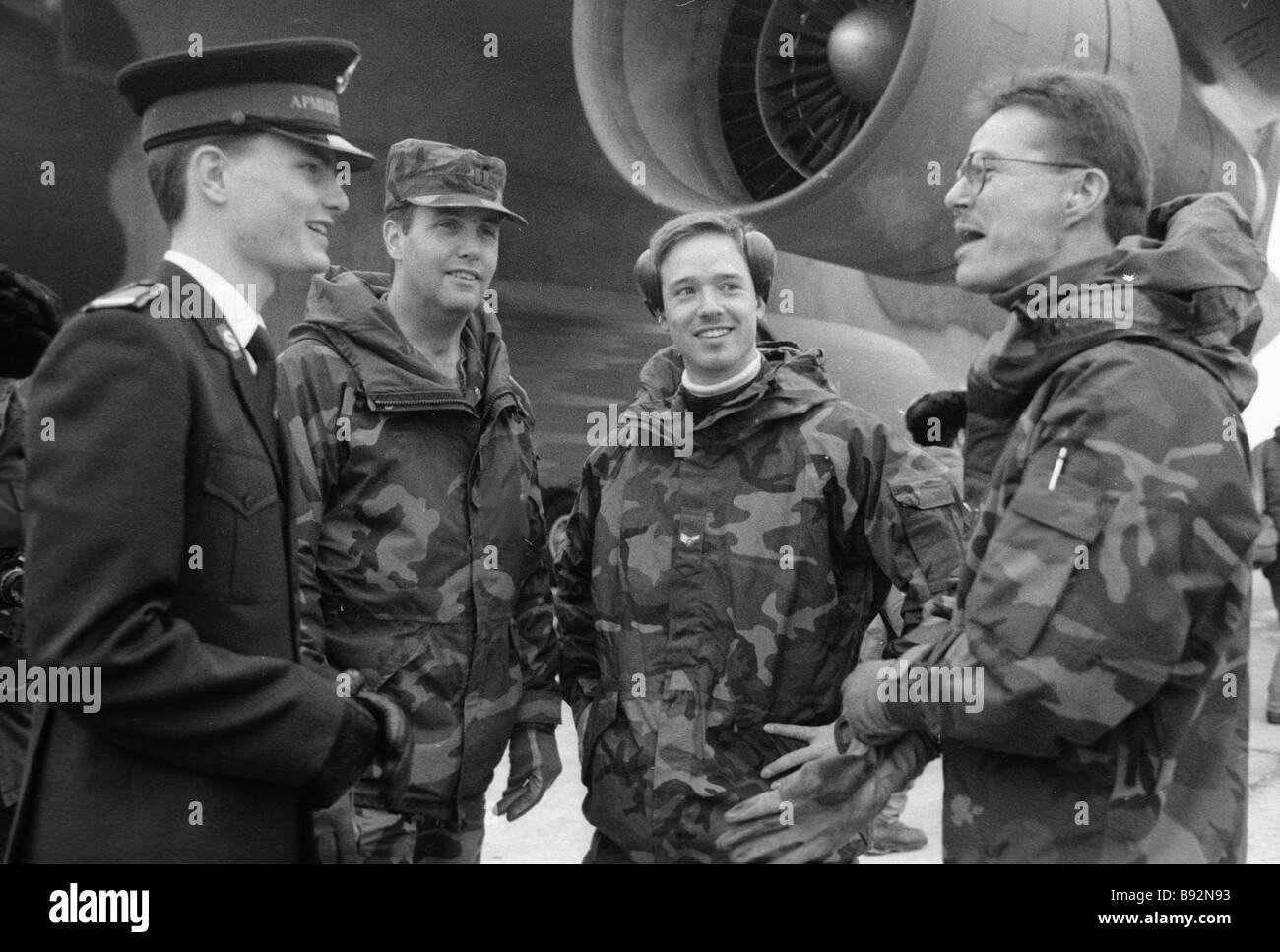 L'équipage de l'avion de transport militaire et les militaires américains ont été les premiers à apporter de l'aide humanitaire à Moscou Banque D'Images