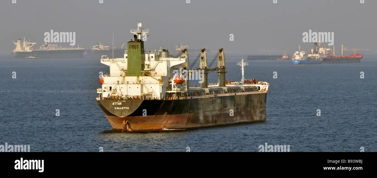 Voyage dans la brume de chaleur y compris les vraquiers et les pétroliers en mer mouillage au large des côtes de Californie Golfe d'Oman, près de Détroit d'Ormuz au Moyen-Orient Banque D'Images