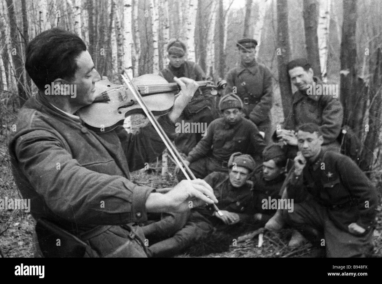 Salomon violoniste joue pour ses camarades Ruzinov in arms Photo Stock