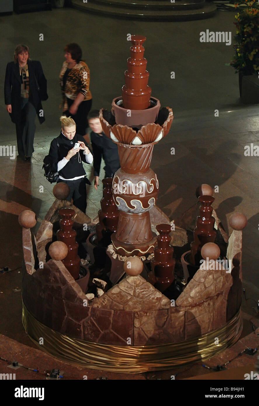 Une énorme fontaine faite de chocolat liquide et solide pèse plus de 3 tonnes et est de 3 mètres Photo Stock