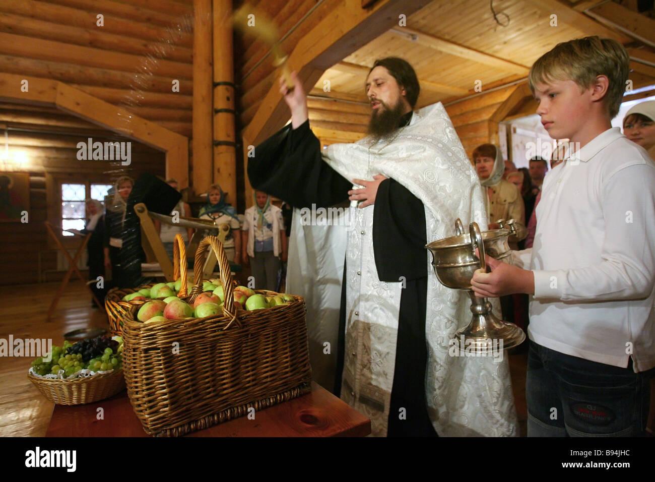 Un service et la bénédiction de fruits à l'église St Nicholas à l'arrière Photo Stock