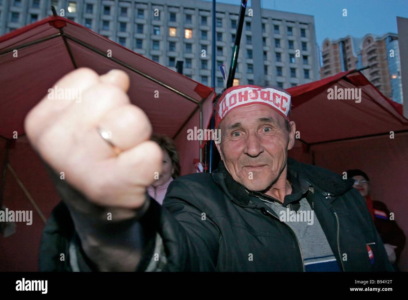 Un supporter de Natalia Vytrenko s gens s parti de l'opposition lors d'une manifestation à Kiev Photo Stock