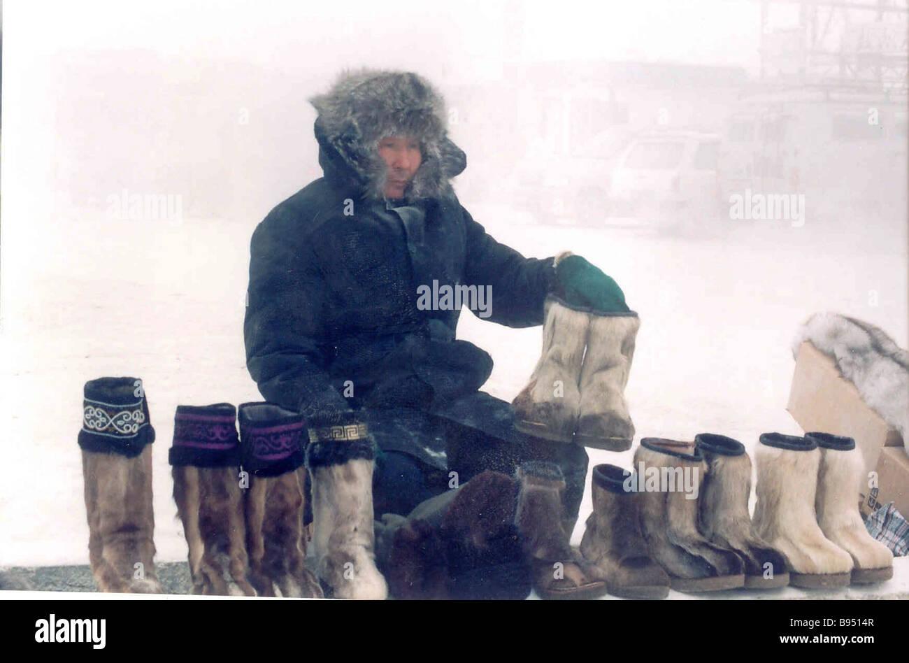 Les vendeurs de rue bottes vente de fourrures à Yakutsk sur un jour froid