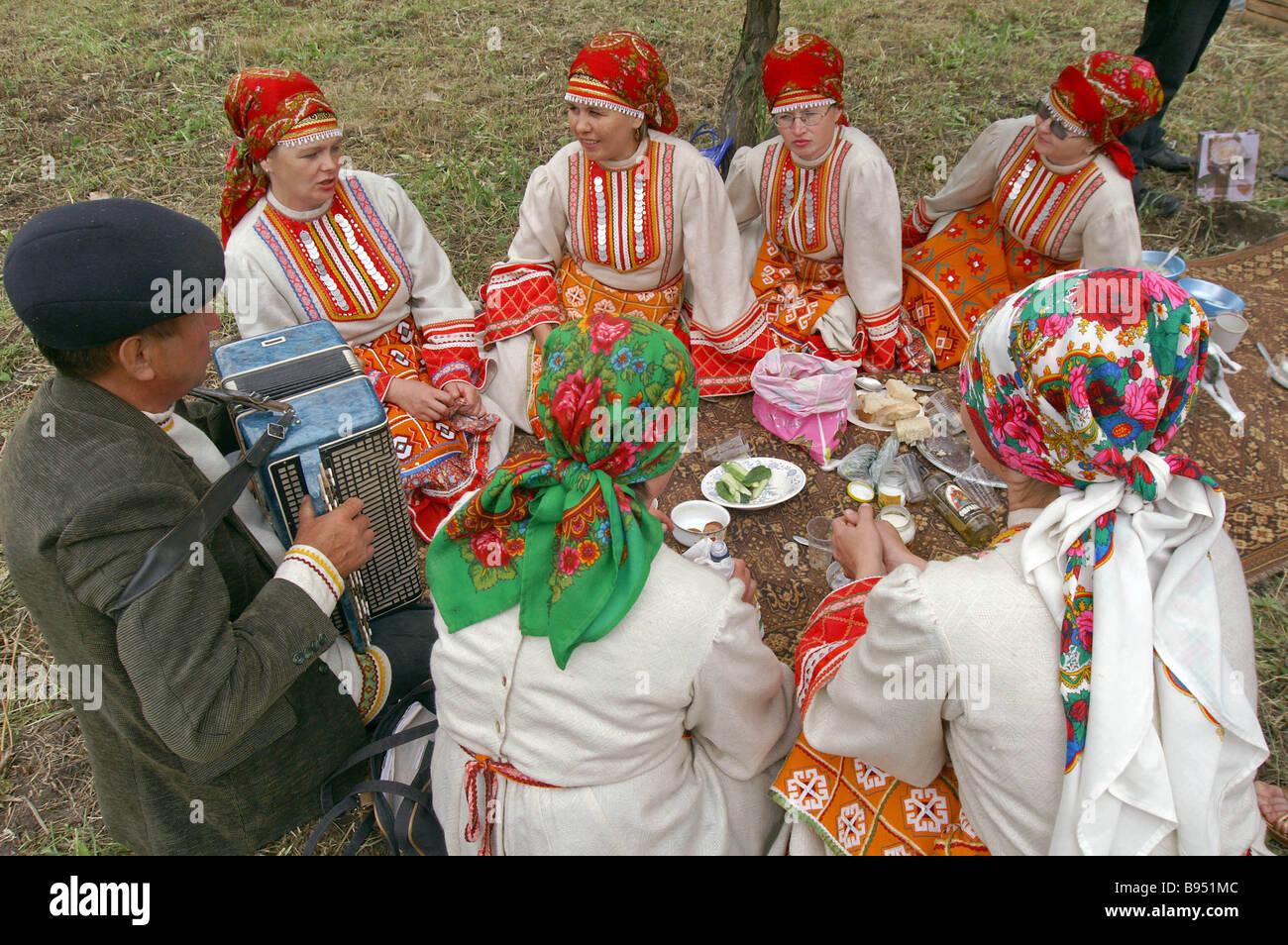 Les clients d'Oudmourtie le Sabantui de pique-nique au folk festival Tatar Photo Stock