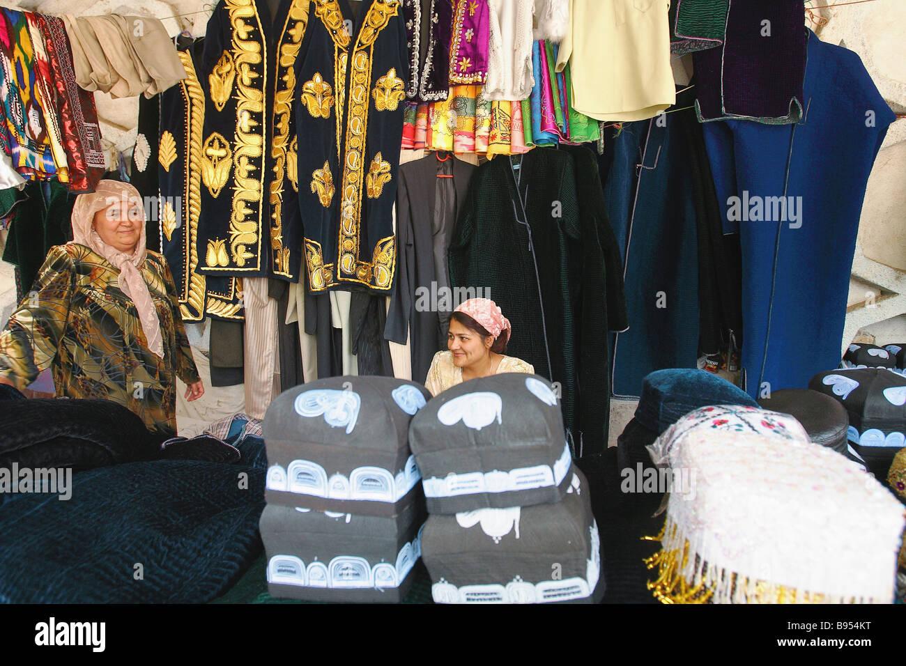 Les vendeurs de costumes folkloriques dans un marché de la capitale Douchanbé Photo Stock