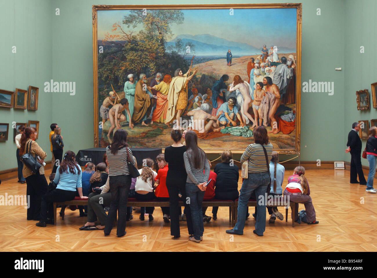 Les visiteurs avant qu'Alexander Ivanov s l'apparition du Christ au peuple à la Galerie nationale Tretiakov Photo Stock