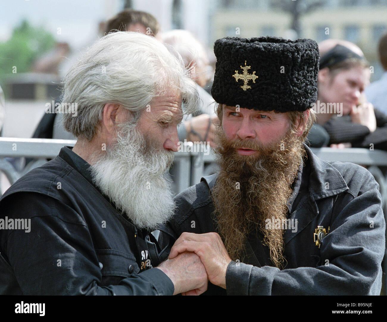 Les participants en procession avec la croix sur l'anniversaire de l'assassinat de l'empereur russe Nicolas II et Banque D'Images