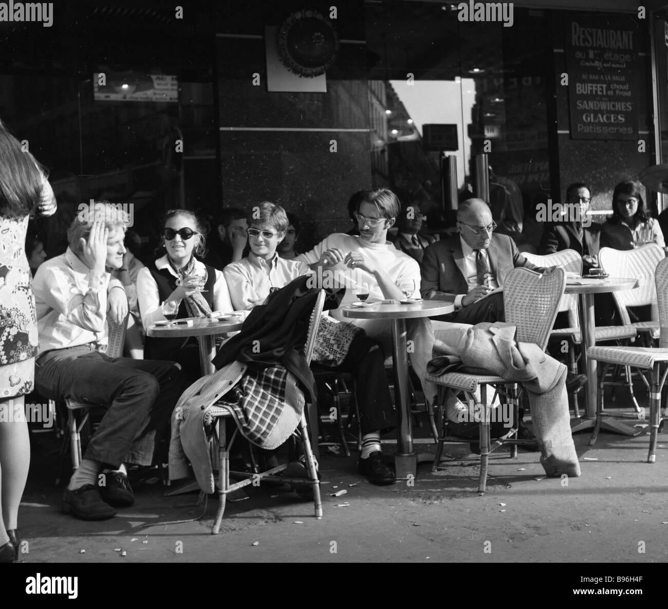 Les parisiens dans un café de la rue Quartier Latin Photo Stock